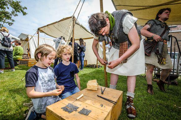 ©Benny Proot  Kinderen leren onder meer een maliënkolder maken. ...